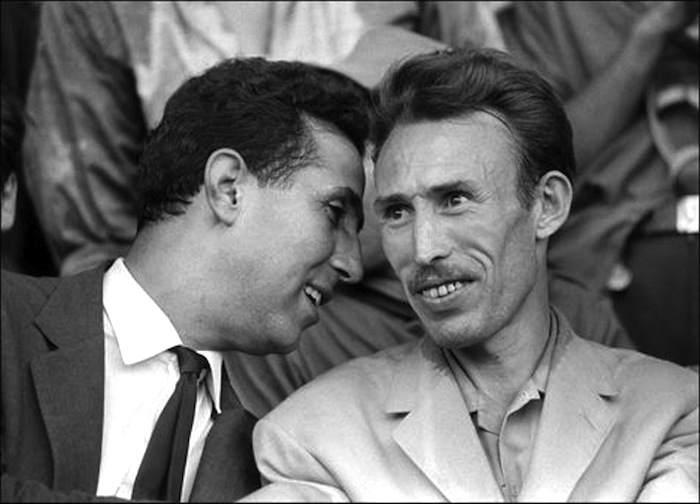 Boumedienne (a destra) con Ben Bella nel 1964.