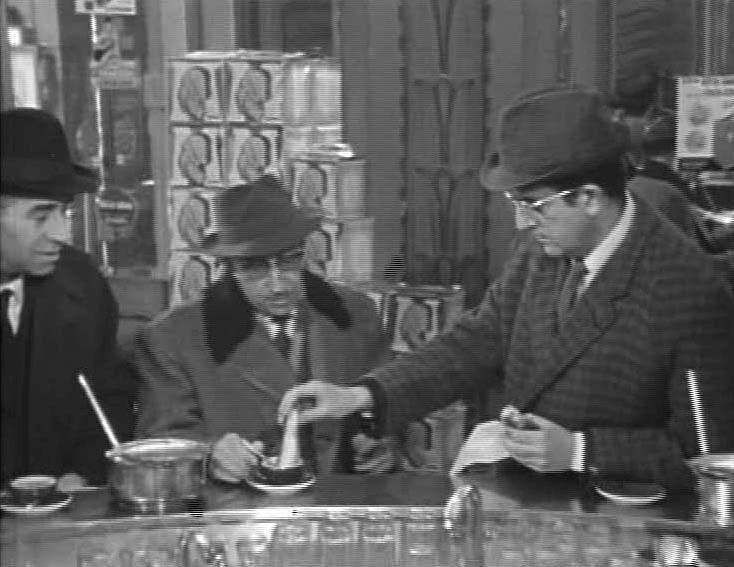 """Nanni Loy impegnato nella famosa scena della """"zuppetta"""" in Specchio segreto."""