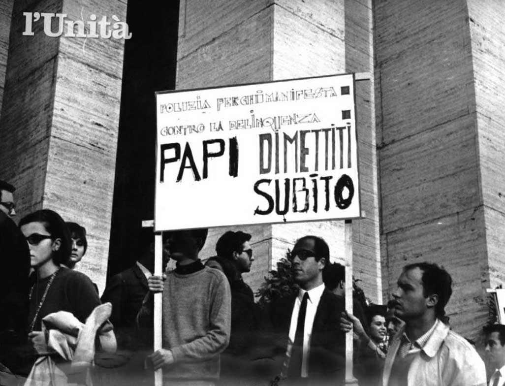 Protesta di studenti universitari a Roma contro la morte di Paolo Rossi.