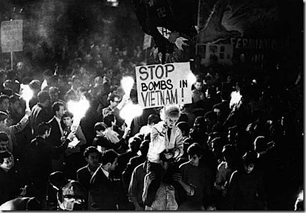 Manifestazione a Roma contro i bombardamenti in Vietnam.