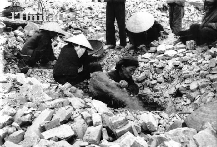 Hanoi bombardata dagli aerei americani.