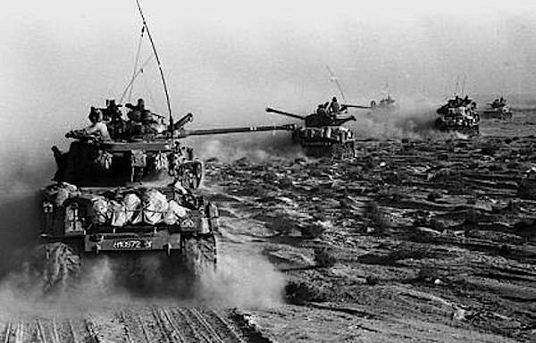 Carri armati israeliani all'attacco durante la guerra dei sei giorni.