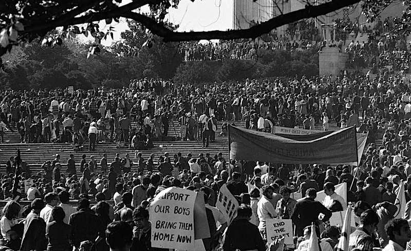 La manifestazione pacifista a Washington del 21 ottobre 1967.