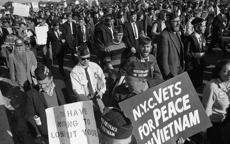 I reduci del Vietnam sfilano nella manifestazione pacifista di Washington.