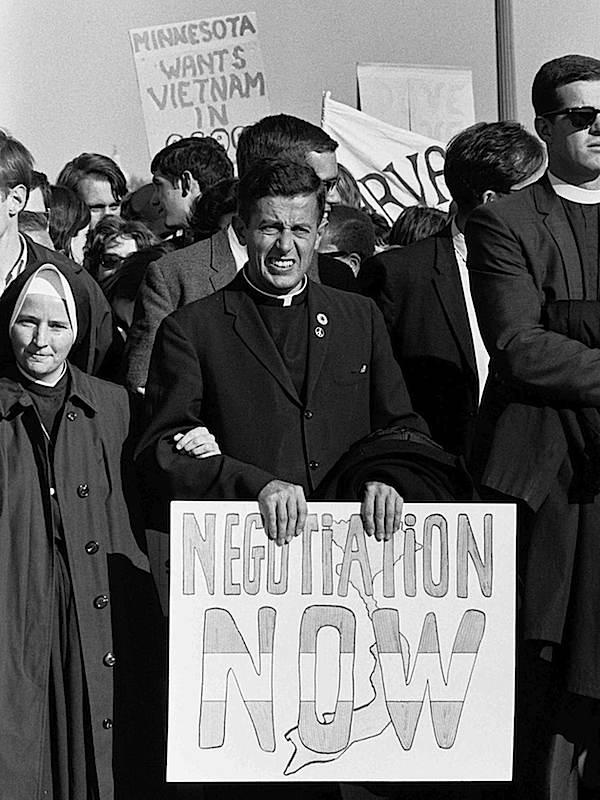 Esponenti del clero chiedono negoziati per il Vietnam.