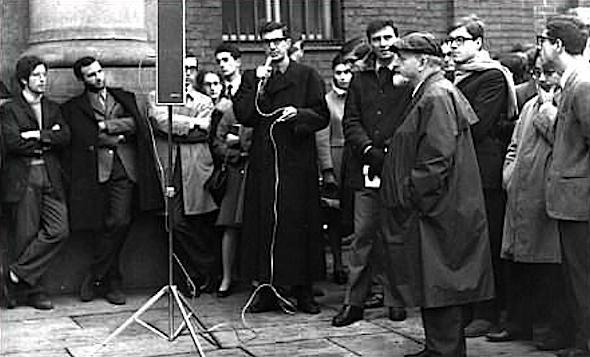 Mario Capanna tiene un comizio davanti alla Cattolica occupata.