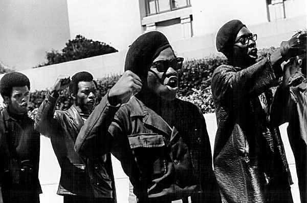 Sfilata di militanti dei Black panthers.