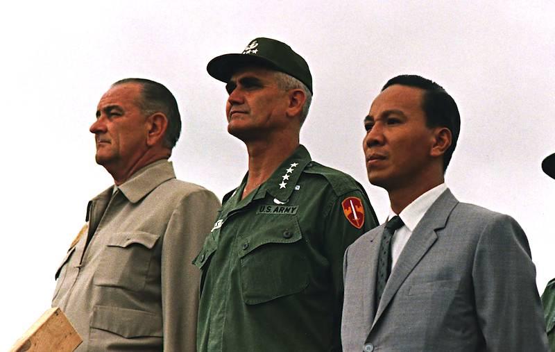 Van Thieu (a destra) con il generale Westmoreland, comandante delle forze americane, e il Presidente Usa Johnson.