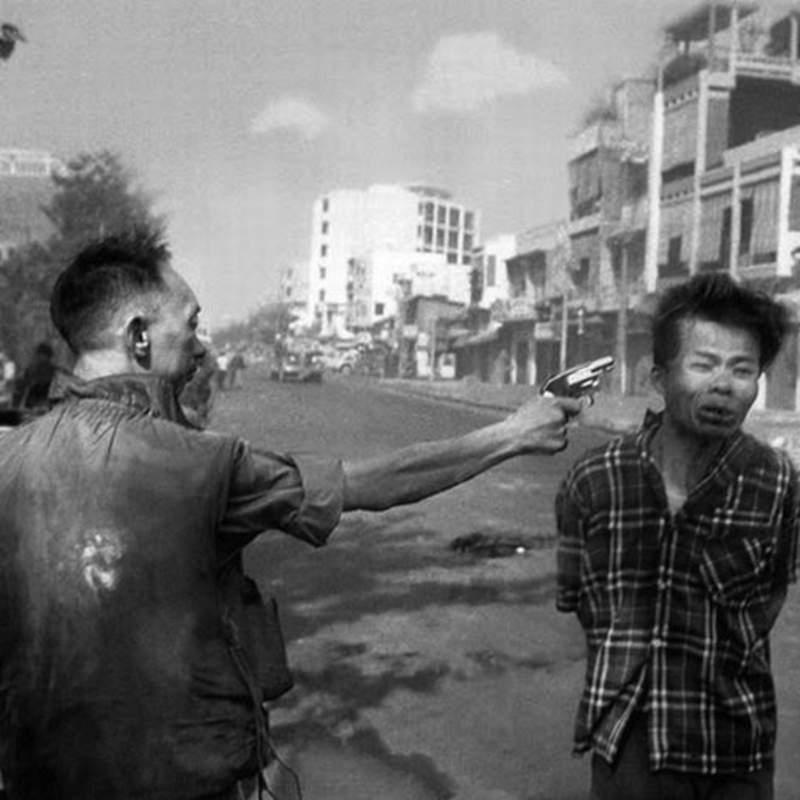 Generale sudvietnamita uccide con esecuzione sommaria un sospetto vietcong.