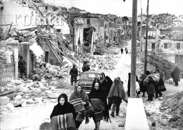 Sfollati in fuga dalle distruzioni del terremoto.