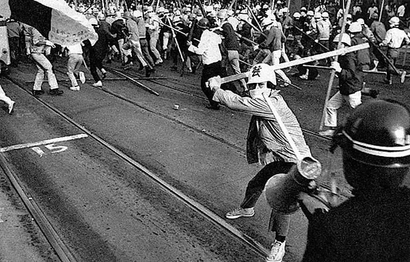 Militanti di Zengakuren si scontrano con la polizia a Tokio.