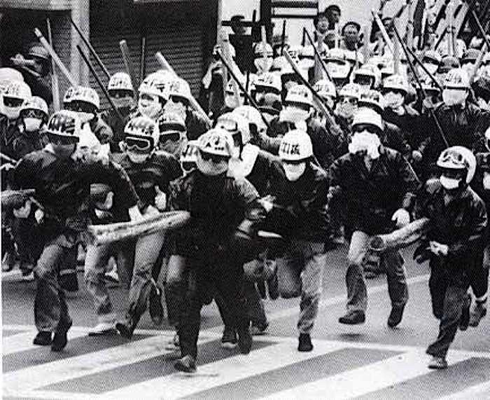 Formazione di Zengakuren all'attacco.