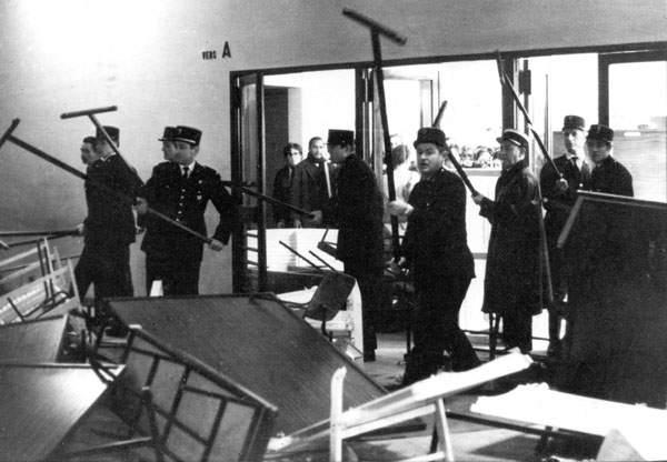 Irruzione della polizia francese nell'Università parigina di Nanterre.