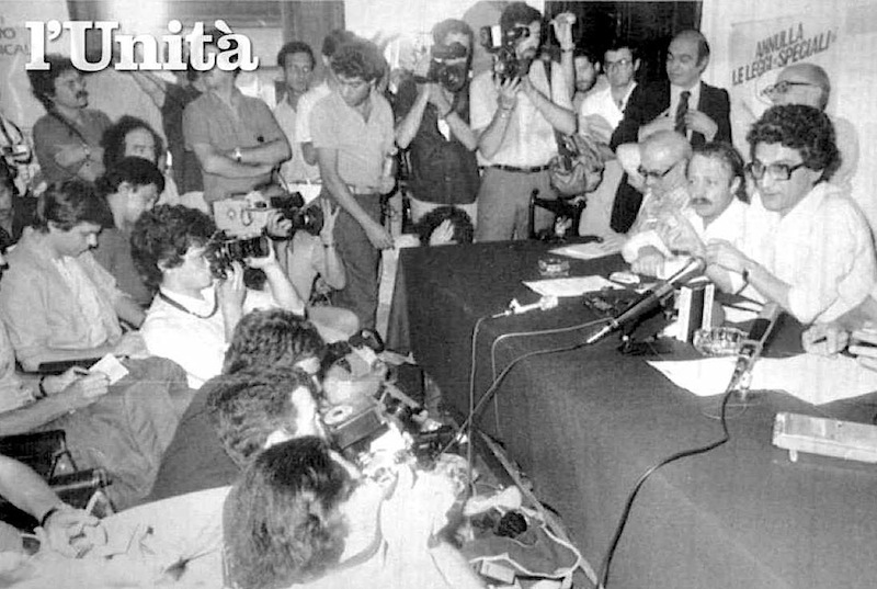 Toni Negri dopo la scarcerazione tiene una conferenza stampa nella sede del Partito Radicale il 9 luglio 1983.