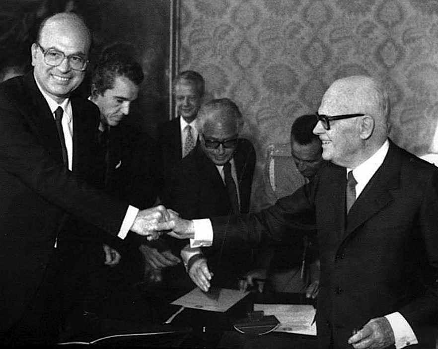 Craxi giura nelle mani di Pertini per il suo I governo.