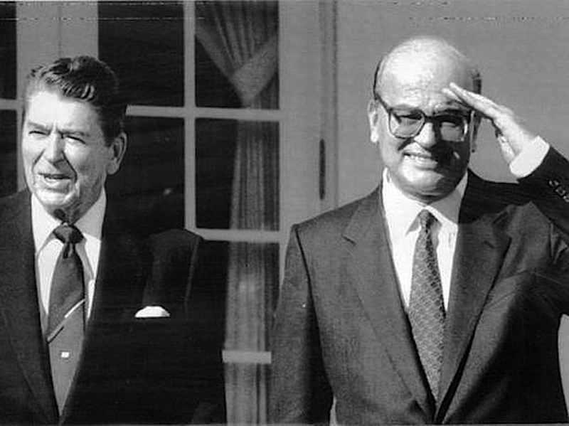 Ronald Reagan (a sinistra) con Bettino Craxi in vista ufficiale negli Usa dal 20 al 22 ottobre 1983.