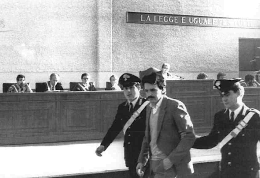 Marco Donat Cattin esce dall'aula del processo di Torino ai militanti di Prima Linea; il suo pentimento gli consentirà di avere la libertà provvisoria.