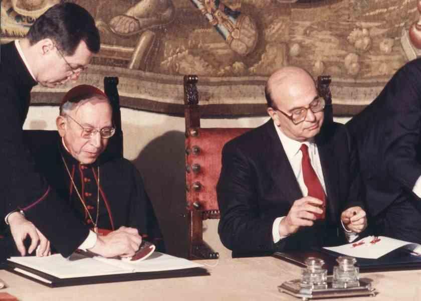 Bettino Craxi e il card. Agostino Casaroli, segretario di Stato del Vaticano, il 18 febbraio 1984 firmano il nuovo Concordato tra Stato e Chiesa.