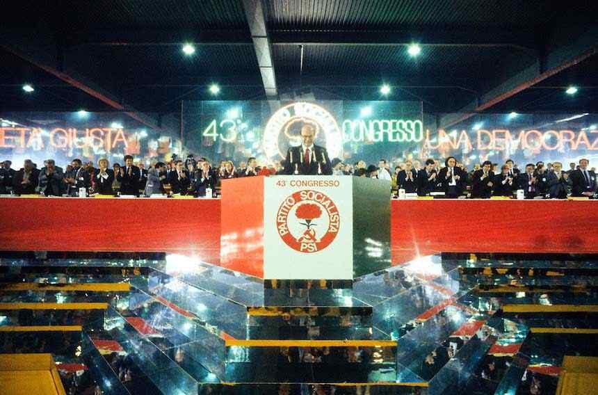 Il XLIII congresso del Psi tenuto a Verona in una scenografia fantasmagorica.