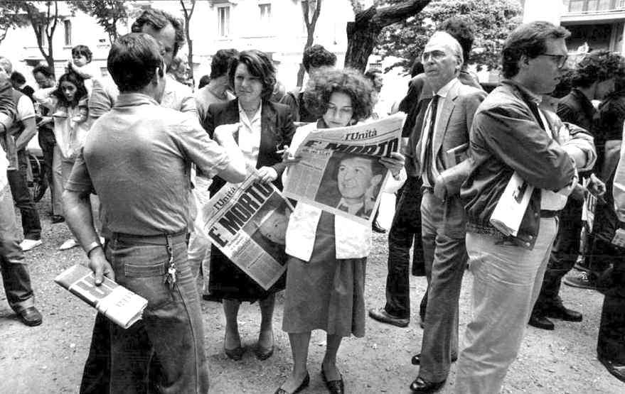 I giornali diffondono la notizia della morte di Berlinguer.