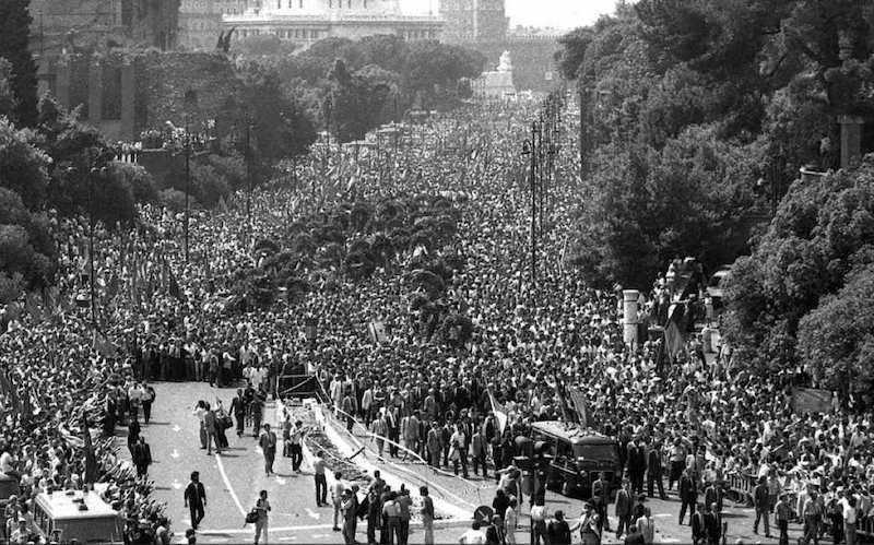 L'immensa folla che partecipa ai funerali di Berlinguer.