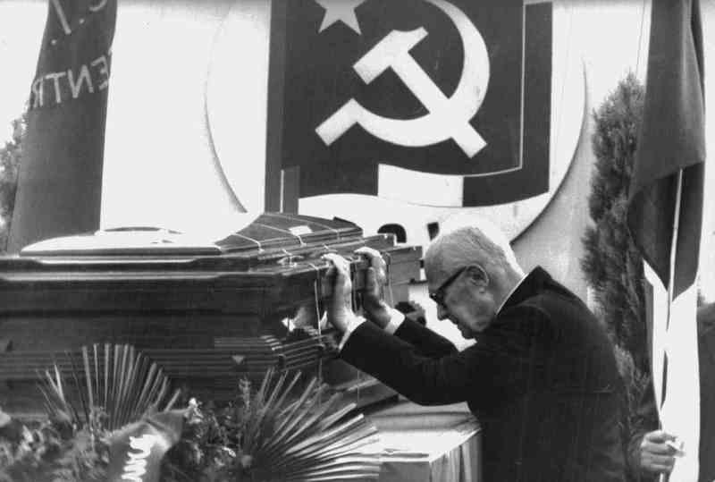 Il Presidente Pertini rende omaggio alla salma di Berlinguer.