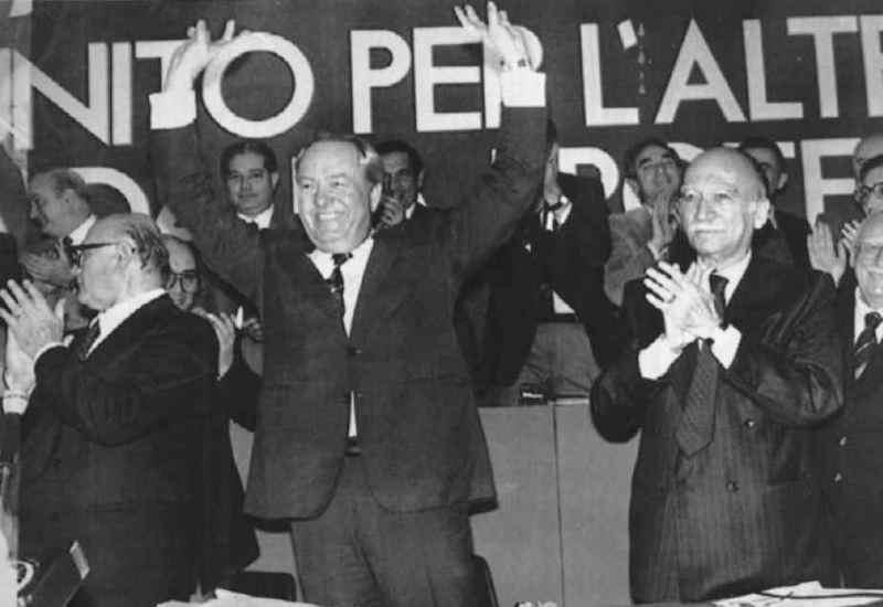 Il XIV congresso del Msi tributa un entusiastico saluto al leader francese della destra, Jean Marie Lepen (al centro). Lo stesso congresso rielegge segretario Giorgio Almirante (a destra nella foto).