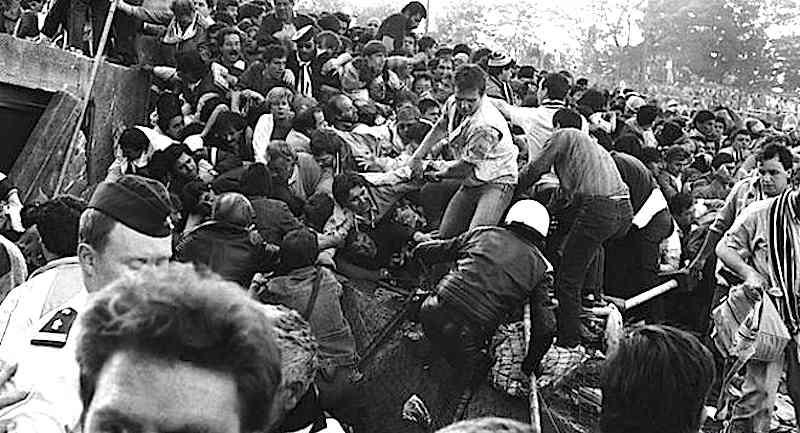 Allo stadio Heysel di Bruxelles durante la partita di calcio Juventus Liverpool gli scontri devastanti tra tifosi portano al crollo di transenne che provoca la morte di 39 persone.