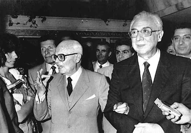 Il Presidente Sandro Pertini incontra a cena Francesco Cossiga appena eletto suo successore.