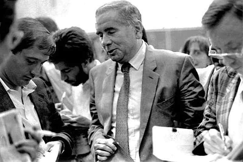 Enzo Tortora (nella foto è intervistato dai giornalisti) viene condannato a 10 anni al processo contro la Nuova camorra organizzata concluso in Corte d'Assise il 17 settembre 1985. Lo stesso Tortora il 15 settembre 1986 verrà assolto con formula piena nel processo d'appello.