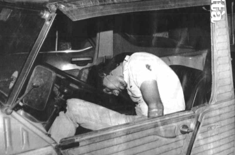 Il corpo di Giancarlo Siani, il giovane gironalista del Mattino di Napoli ucciso dalla camorra il 23 settembre 1985.
