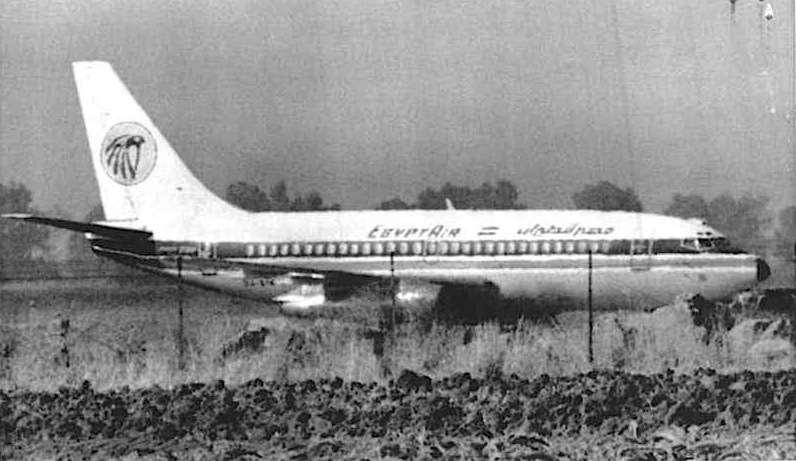 L'aereo Egyptair viene costretto da caccia americani ad atterrare nella base militare Nato di Sigonella in Sicilia. Dopo un duro braccio di ferro tra governo italiano e americano l'aereo potrà proseguire per Roma.