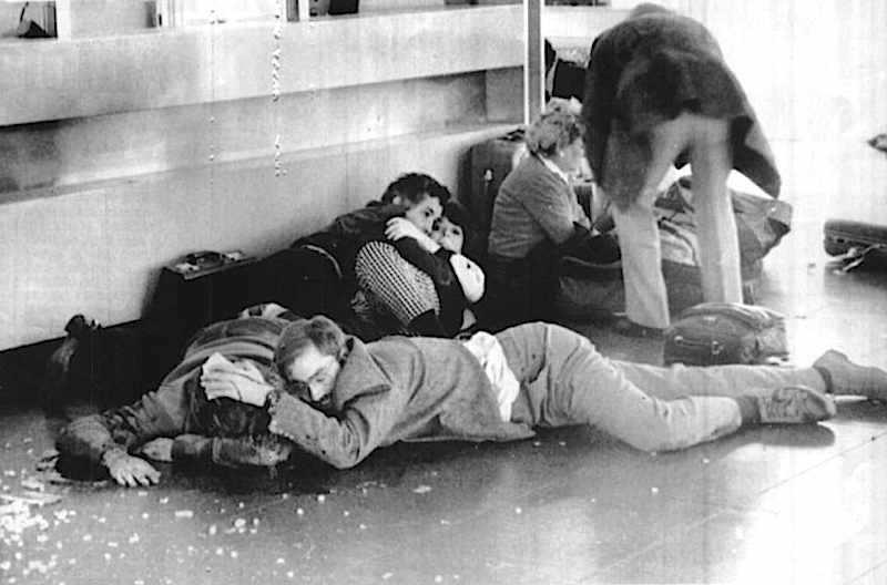 Nell'aeroporto di Fiumicino il 27 dicembre 1985 un commando palestinese assalta con granate e mitragliatrici gli sportelli ElAl e Panam, provocando 16 morti e 70 feriti. Nella foto alcuni passeggeri cercano riparo dalla furia terroristica.