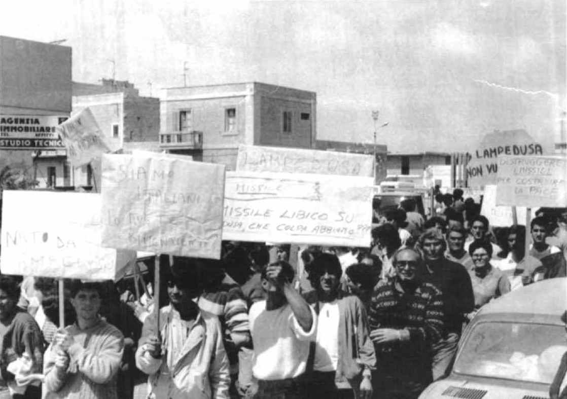Gli abitanti di Lampedusa scendono in piazza contro gli attacchi missilistici provenienti dalla Libia, come ritorsione per i bombardamenti americani.
