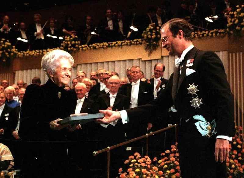 Rita Levi Montalcini il 10 dicembre 1986 riceve dal re di Svezia il Premio Nobel per la medicina.