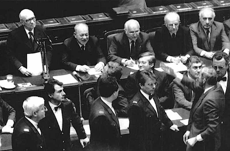 Amintore Fanfani presenta alla Camera il suo VI governo, duramente contestato dalle opposizioni (nella foto il deputato di Democrazia proletaria Mario Capanna).