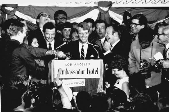 Robert Kennedy festeggia la sua vittoria poco prima della sua uccisione.