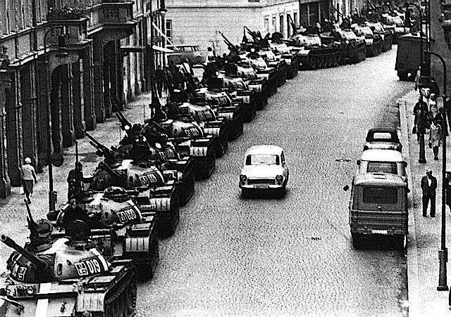Carri armati sovietici entrano a Praga nell'agosto 1968.