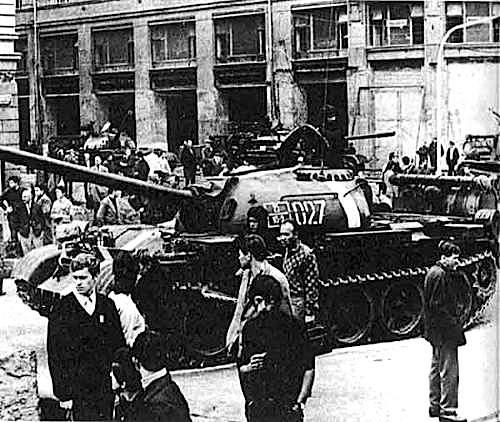 Praghesi frastornati osservano i carri armati del Patto di Varsavia.