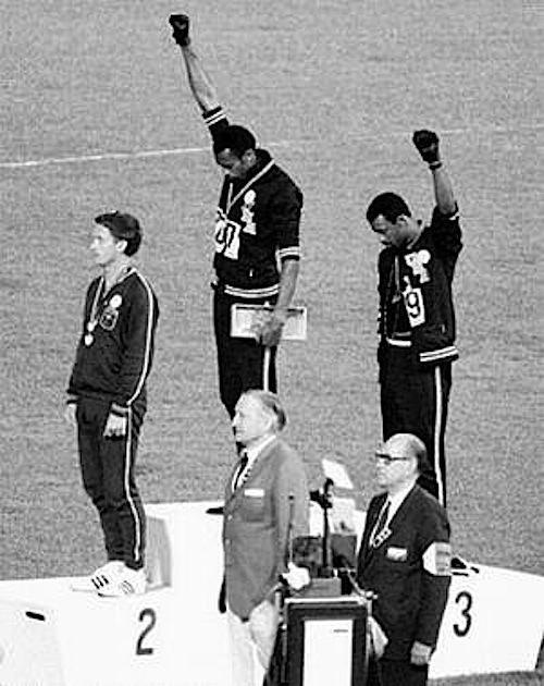 Alle olimpiadi di Città del Messico gli atleti neri statunitensi sul podio salutano col pugno guantato dei Black panthers.