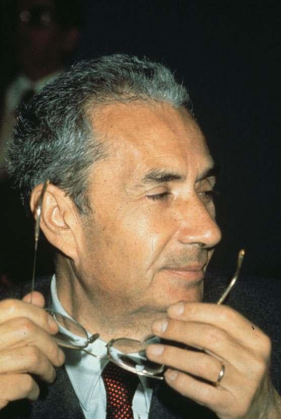 """Aldo Moro propone alla DC una """"politica di attenzione"""" verso il PCI."""