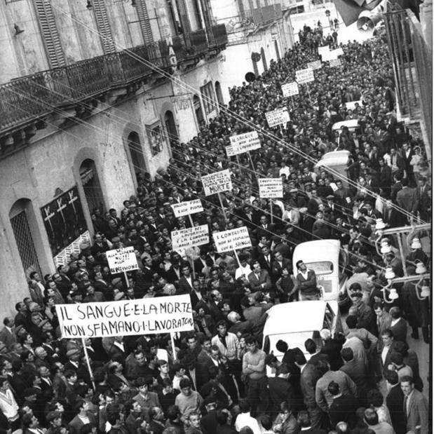 Manifestazione ad Avola dopo l'eccidio dei braccianti da parte della polizia.