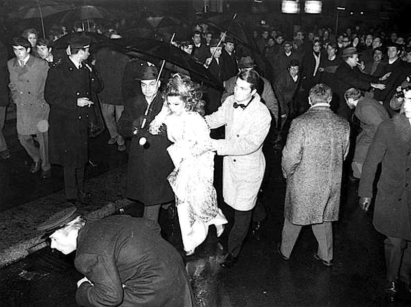 Contestazione studentesca alla prima della Scala de 7 dicembre 1968.