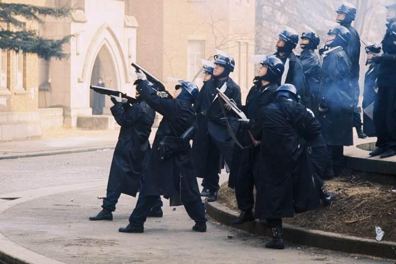 La polizia giapponese dà l'assalto all'Università di Tokio.