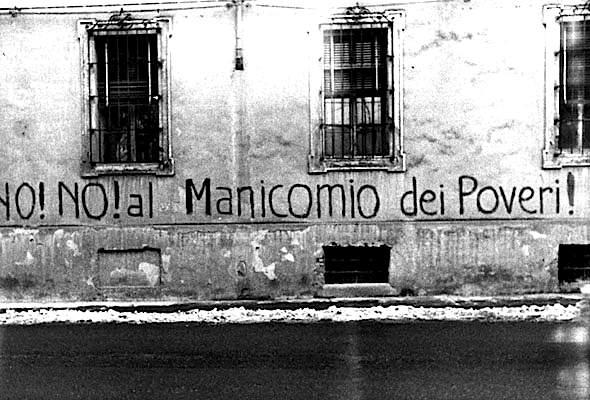 Scritte di protesta sulla facciata dell'ospedale psichiatrico di Colorno (Parma).