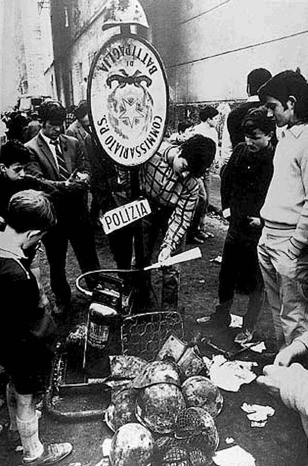 Ragazzi di Battipaglia sul luogo degli scontri del 9 aprile 1969.