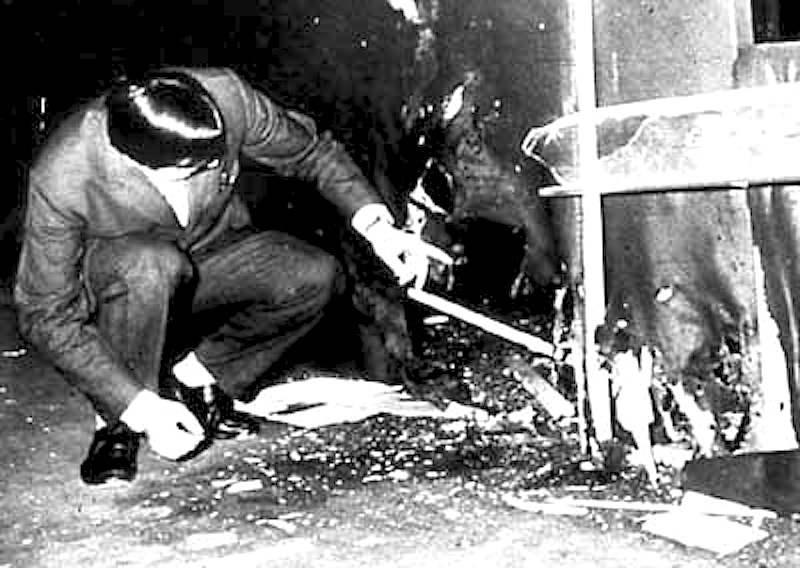 Agenti di polizia sul luogo dell'esplosione alla Fiera di MIlano del 25 aprile 1969.