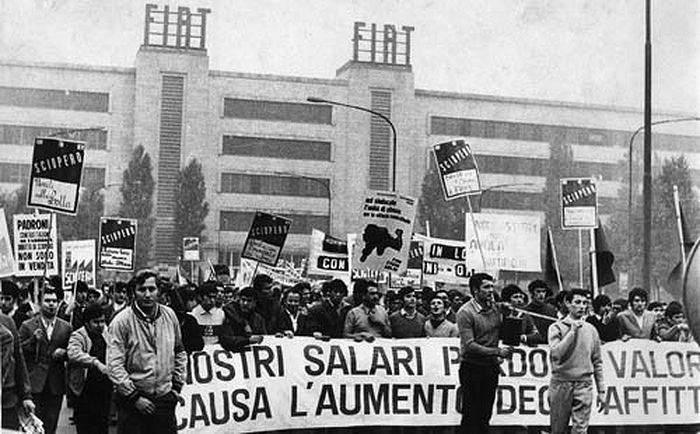 La manifestazione davanti alla Fiat Mirafiori in corso Traiano prima degli scontri con la polizia.