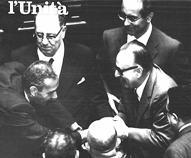Mariano Rumor riceve le congratulazioni di Aldo Moro.