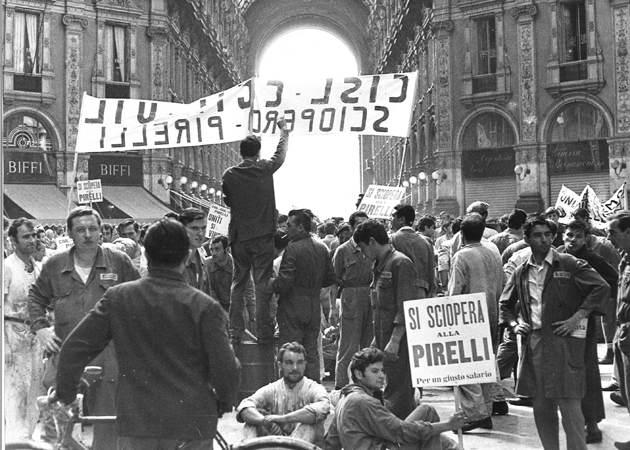 Operai della Pirelli manifestano nella Galleria Vittorio Emanuele a Milano.